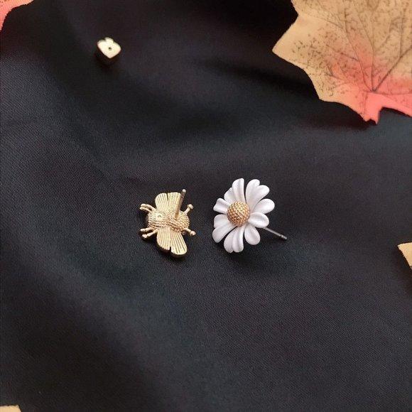Kate Spade Asymmetrical Bee Daisy Earrings